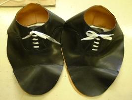 最初に行ったのが、靴のサイズ、デザイン、色、そして革の種類を決める事。