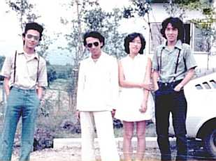 右の写真の内、右4人は、1974年頃の表参道において一般的若者が好んで着ていた(そうでもないか!?)カラー・ジーンズ・ファッションですが、左の彼は、頑固に