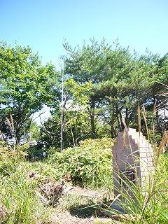保科小学校の登頂記念碑と当局のアンテナ