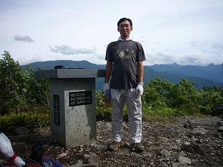 山頂、背後は志賀高原