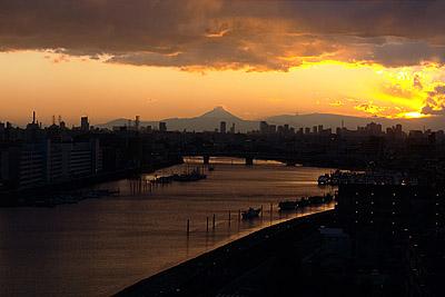 富士山と夕焼けの画像