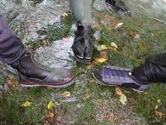 沢靴3種:左から鮎シューズ(中割れ)、地下足袋+フェルトわらじ、ウェーディングシューズ