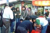 上海蟹に群がる人々:クリックで拡大