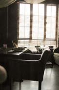 窓際のテーブル席:クリックで拡大
