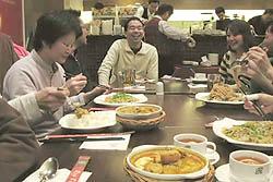 大勢で囲む食卓はとても楽しい:クリックで拡大