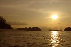 海上から眺める夕日:クリックで拡大