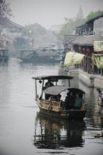 運河を渡る船:クリックで拡大